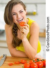 pomidor, uśmiechnięta kobieta, jedzenie, młody