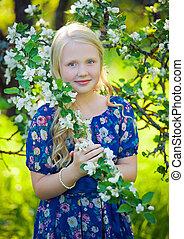 pomme, ange, arbres., couronne, cheveux, déguisement, girl, robe, fleur bleue, bouclé, fleur, cerise, enfantqui commence à marcher, adorable, porter, jardin, ensoleillé, fruit, ailes, magie, fleurir, fée, jouer