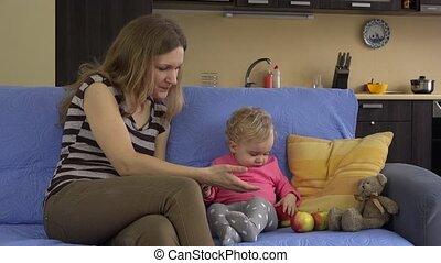 pomme mangeant, elle, sain, mère, enfant, petit, fruits., rouges