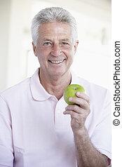 pomme mangeant, milieu, vert, vieilli, homme