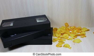pomme terre, vhs, cassette vidéo, chips, pile, bande