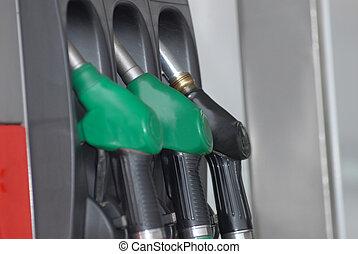 pompe, essence, becs, trois