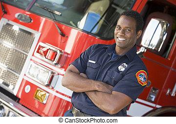 pompiere, standing, davanti, autopompa antincendio