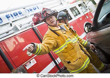 pompiers, découpage, ouvert, a, voiture, aider, une, personne blessée