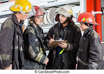 pompiers, presse-papiers, discuter, sur, équipe