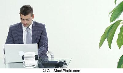 pomyślny, biznesmen, pracujący, w, biuro