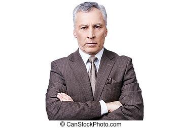 pomyślny, businessman., portret, od, zaufany, dojrzały człowiek, w, formalwear, aparat fotograficzny przeglądnięcia, znowu, keeping, herb krzyżował, i, reputacja, przeciw, białe tło