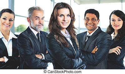 pomyślny, grupa handlowych ludzi, w, na, biuro, licowy siebie, klin