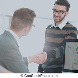 pomyślny, handlowy zaludniają, potrząsające ręki, z, nawzajem