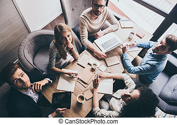 pomyślny, team., górny prospekt, od, młody, handlowy zaludniają, aparat fotograficzny przeglądnięcia, znowu, posiedzenie, w biurze, stół, razem