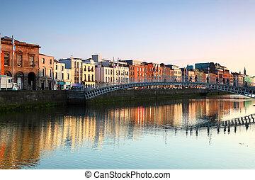 pont, 1816, construit, liffey, sur, piéton, ha'penny, dublin, rivière, ireland.
