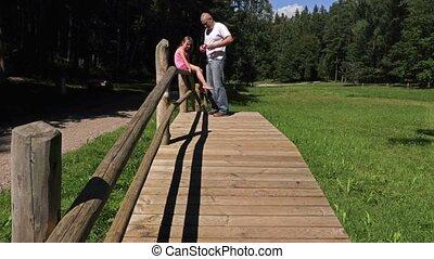 pont bois, fille, parc, père