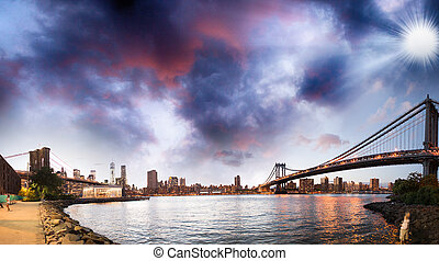 pont brooklyn, sur, rivière est, soir, dans, new york, city., manhattan lient, à, lumières, et, réflexions