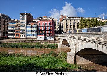 Pont de Pedra bridge over Onyar River and old riverside houses in city of Girona in Catalunya, Spain