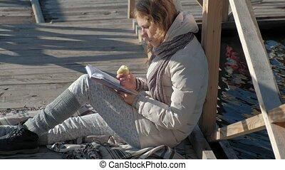 pont, femme, pomme, mange, automne, lit, livre, rivière