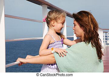 pont, fille, croisière, ensoleillé, paquebot, côté, mère, vue, jour, parler