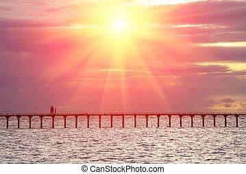 pont, gens, sur, silhouettes, coucher soleil, mer