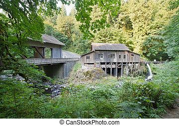pont, grist, ruisseau, sur, cèdre, couvert, moulin