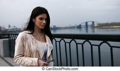 pont, marche, femme relâche, moderne, jeune, quoique, écoute, dehors, music., heureux