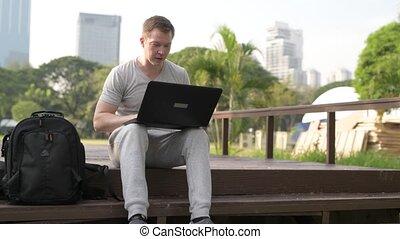 pont, séance, bois, ordinateur portable, parc, jeune, quoique, utilisation, homme, heureux
