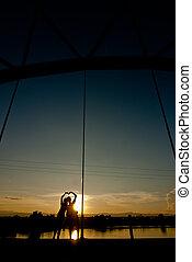 pont, silhouette, amour, coucher soleil couples, tenant mains, forme coeur
