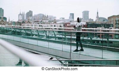 pont, smartphone, ville, coureur, montre, noir, resting., intelligent, homme