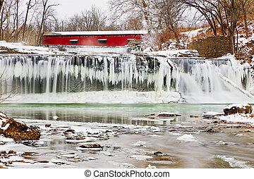 ponte coberta vermelha, e, congelado, cachoeira