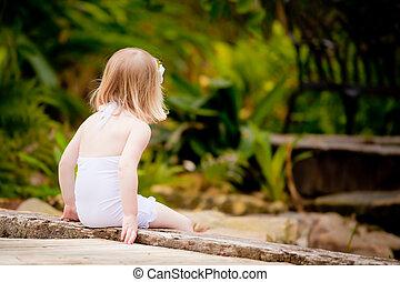 ponte, menininha, sentando