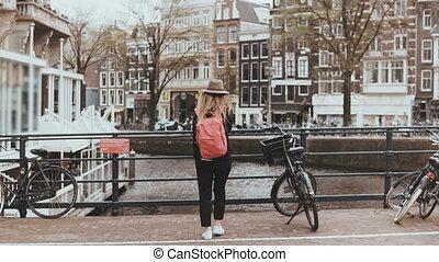 ponte, mulher, femininas, na moda, 4k., mochila, jovem, falando, telefone., rua., cruzamento, viajante, bonito, caucasiano