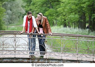 ponte, parque, mulheres