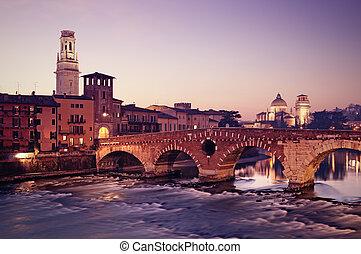 ponte pietra, y, el, río, adige, en, night.