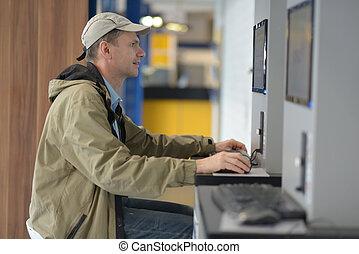 ponto, acesso, internet, usando, público, homem