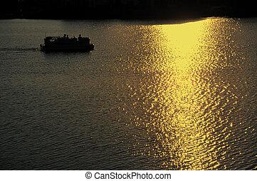 ponton, båd, motoring, på, sø, hos, solnedgang