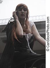 ponurý, kráska, pod, déšť, červené šaty vlas, manželka, s, dlouho, temný povlak