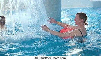 pool., nage, vieilli, femme, milieu, fontaine