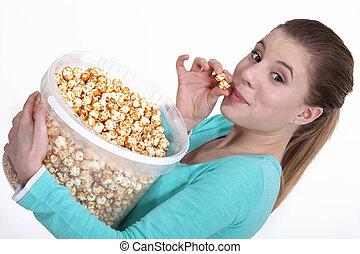 pop-corn, femme mange