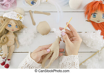 pop, het naaien van de vrouw, makend, proces, proces, bovenzijde, creatie, met de hand gemaakt, ambacht, voorwerp, achtergrond., werkplaats, borduurwerk, naaiwerk, toebehoren, velen, aanzicht, houten, naaister, fancywork