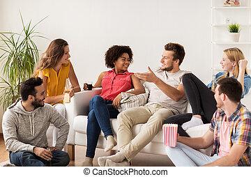 popcorn, hem, öl, vänner, lycklig