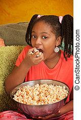 popcorn, klein meisje, eet