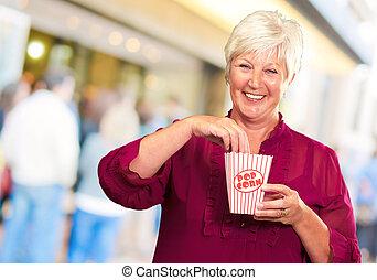 popcorn, kobieta, stary, jeść