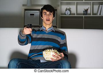 popcorn, televisie, man, jonge, schouwend
