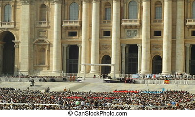 Papa Francesco giving a festive speech on Piazza San Pietro.