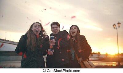 poppers, groupe, -, amusement, ralenti, dehors, confetti, fête, amis, avoir
