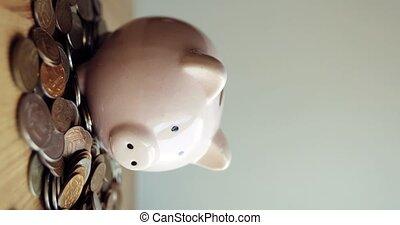 porcin, homme, cochon, pièces., pièces, banque, tas, forme, mettre, main, table