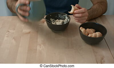 porridge, croissants, petit déjeuner, manger, homme