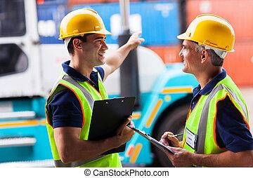 port, ouvriers, élévateur, jeune, pointage