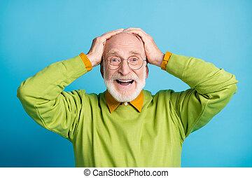 port tête, excité, fond, isolé, homme, vieux, mûrir, bleu vert, chandail, couleur, mains, lunettes, photo