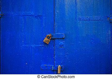 porta blu, chiuso chiave, fondo, legno, due, su, details., arrugginito, invecchiato, chiuso, chiudere, padlocks., entrata, vista