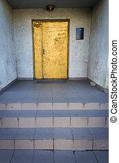 porta blu, oro, parete disegnata, bianco