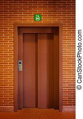porta elevador, em, um, parede tijolo